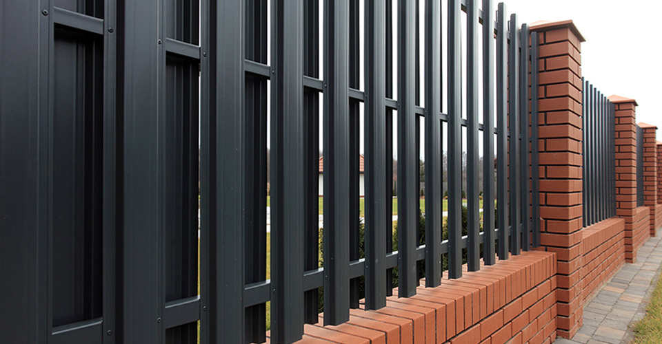 Забор из металлического штакетника своими руками