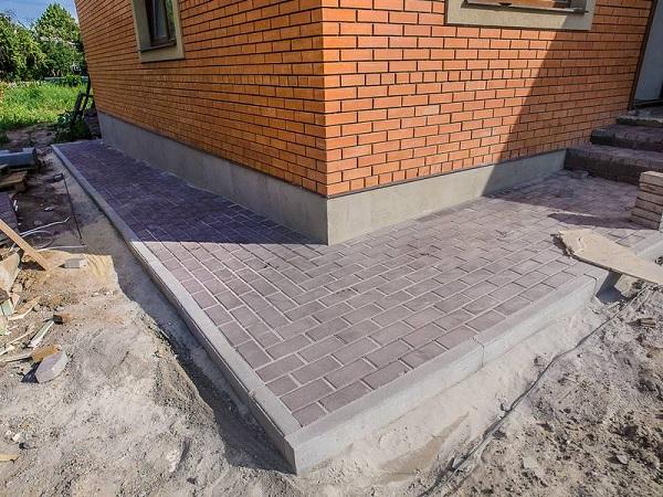 отмостка вокруг дома тротуарной плиткой