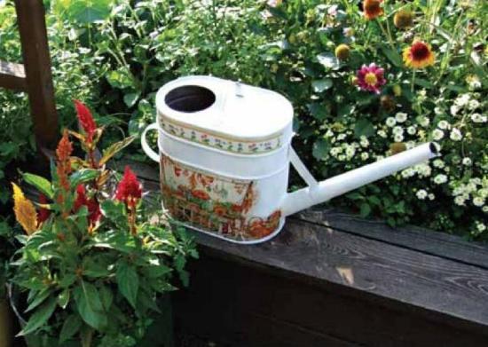 Украшение для сада из ржавой дачной лейки