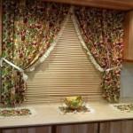 Пестрые шторы в паре с современными жалюзи