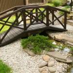 Декоративный мостик в саду через ручей