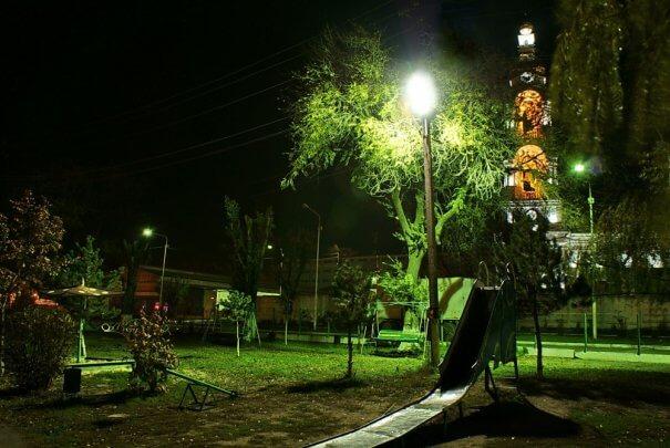 Светодиодные прожекторы в освещении дачного двора