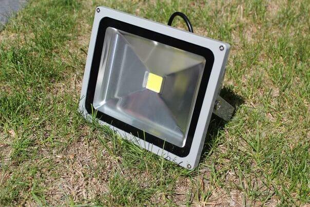 Характеристики светодиодных прожекторов для освещения двора