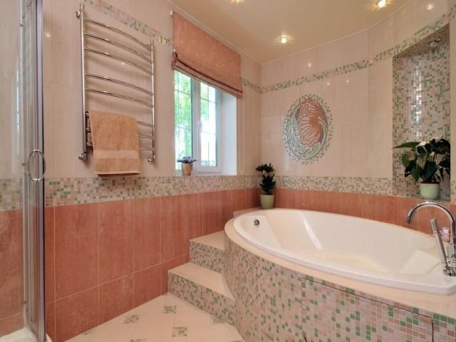 ванная комната в частном доме с мозаикой