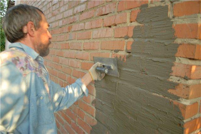 заделка трещин на стене дачного дома перед зимой