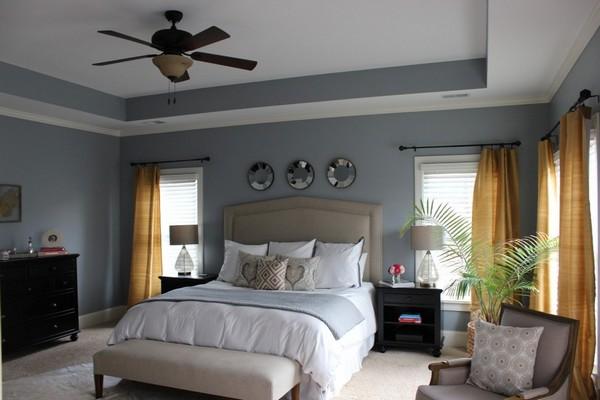 для спальни, оклееной серыми обоями