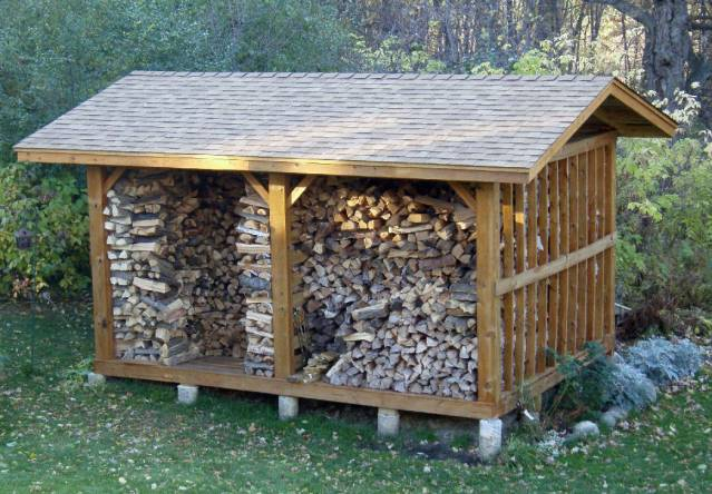 дровяник в виде маленького домика