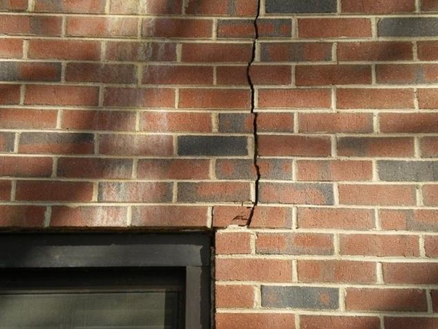 трещины в стенах кирпичного дома