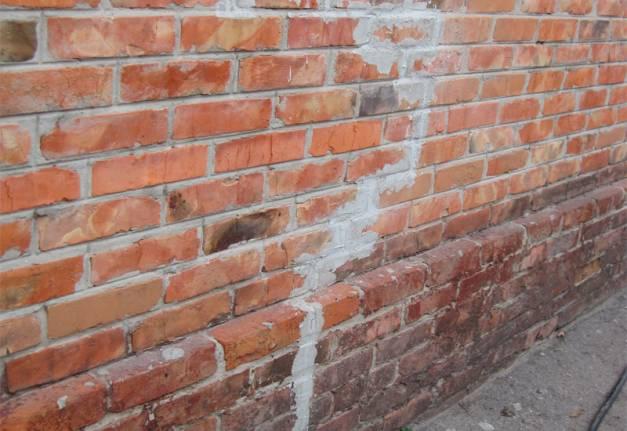 заделка раствором трещин в стенах кирпичного дома