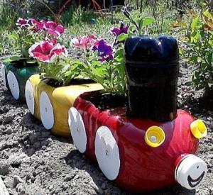 Клумба-поезд из пластиковых бутылок