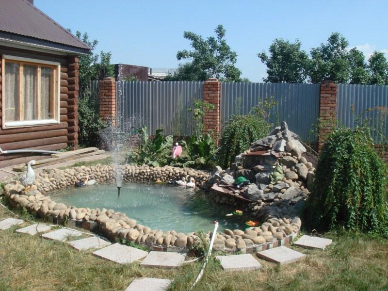 пруд на дачном участке с фонтаном