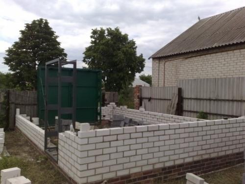 Установка ворот и кладка стен