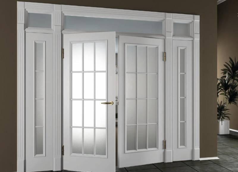 Белые межкомнатные двери со стеклом в интерьере