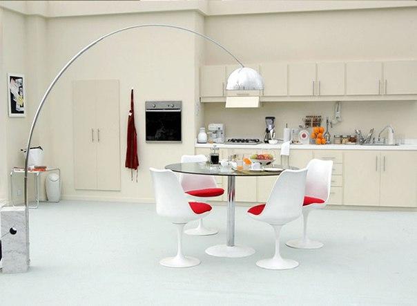 Стеклянный стол: яркий акцент в интерьере кухни
