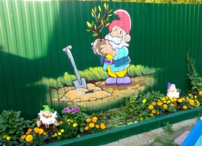 Украшаем забор на даче рисунками