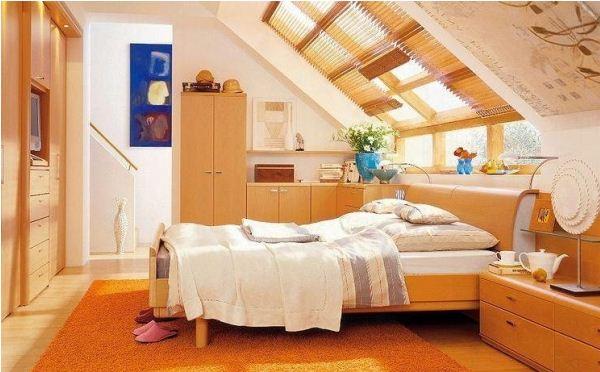 Спальня на мансарде дома