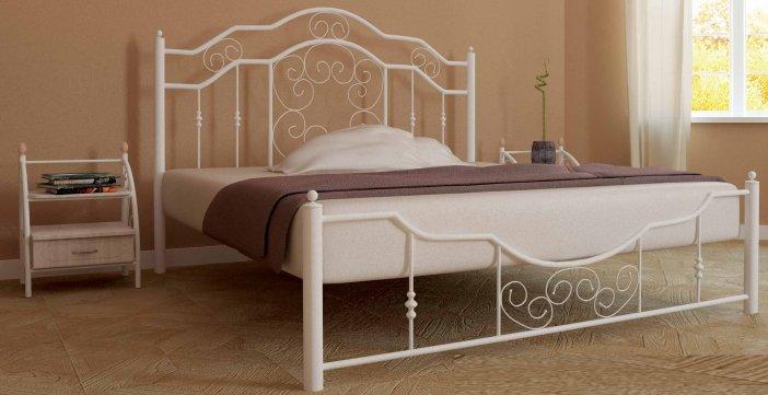 белая металлическая двуспальная кровать в иньеретер