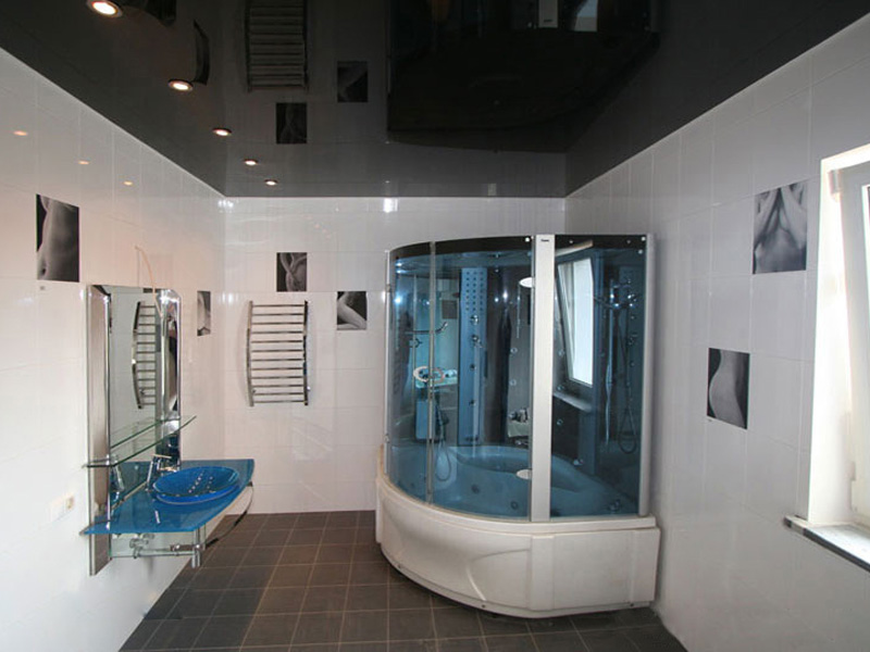 Глянцевый натяжной потолок в интерьере ванной