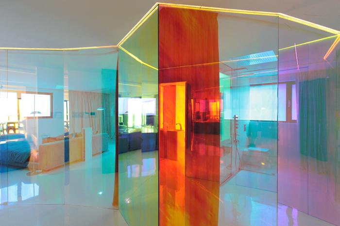витраж из цветного стекла в интерьере