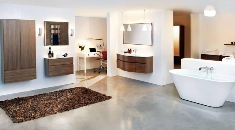 Большой коврик в просторной ванной