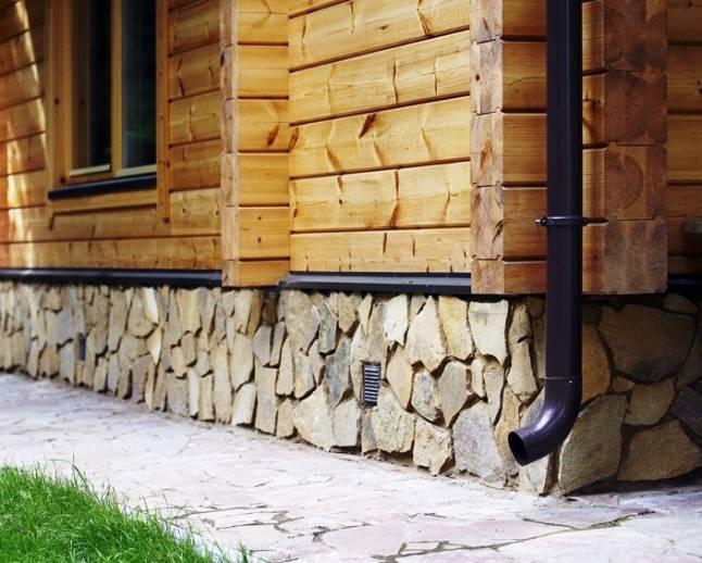 Облицовка цоколя природным камнем