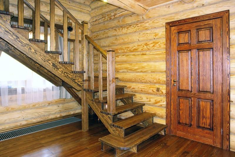 Деревянная лестница в доме из дуба