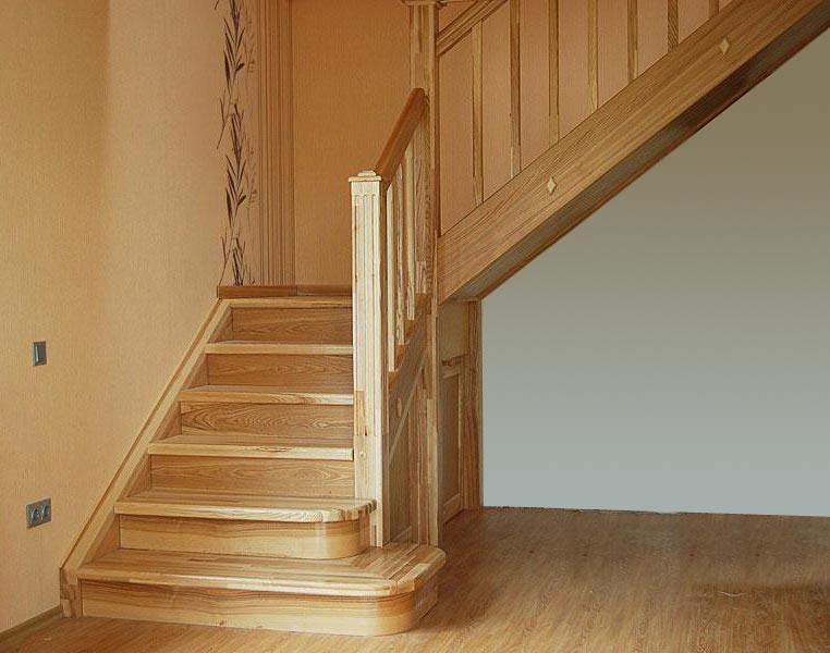 Деревянная лестница в доме из ясеня