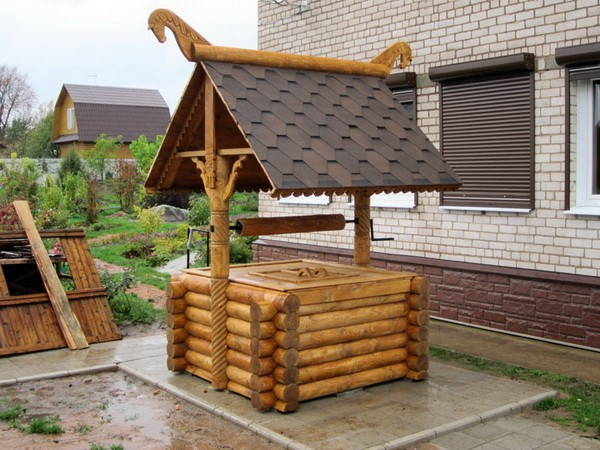 Деревянный колодец на даче
