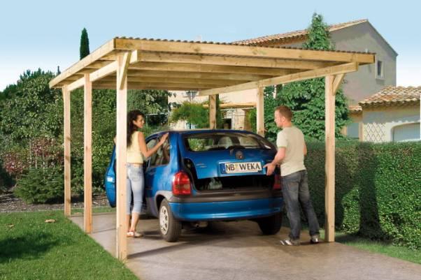 Деревяный навес для автомобиля на даче