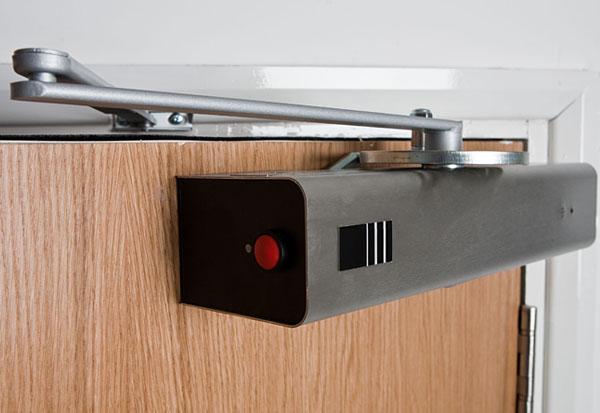 Использование дверных доводчиков