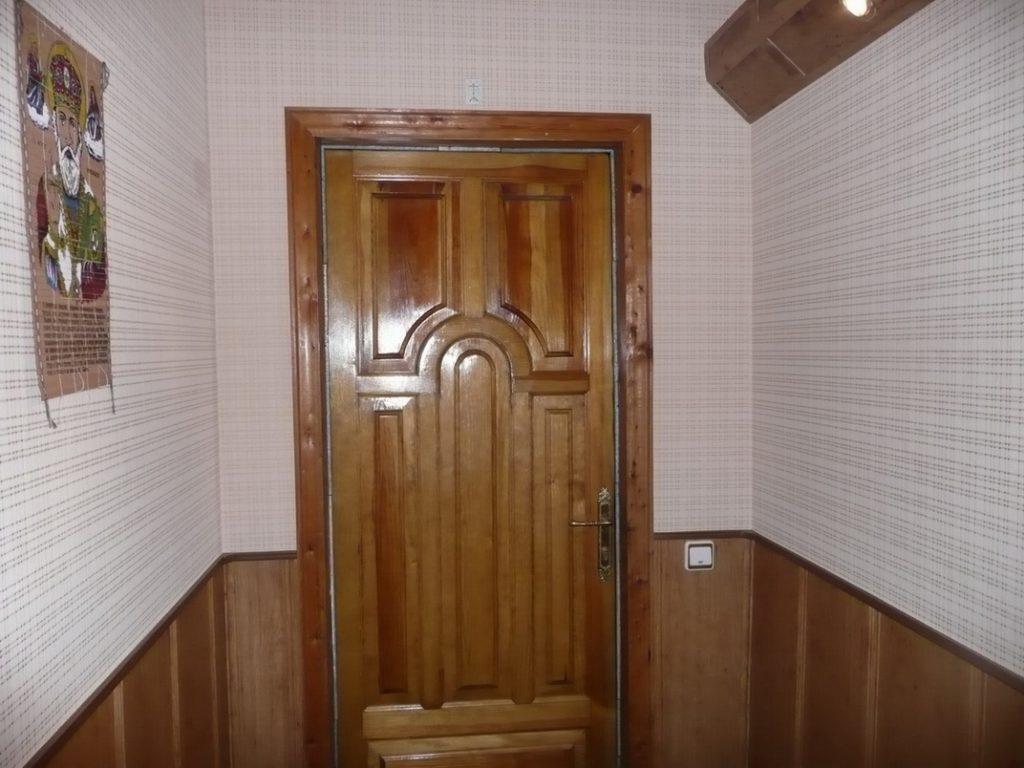 Kak-dveri-derevyannye-pokryt-lakom