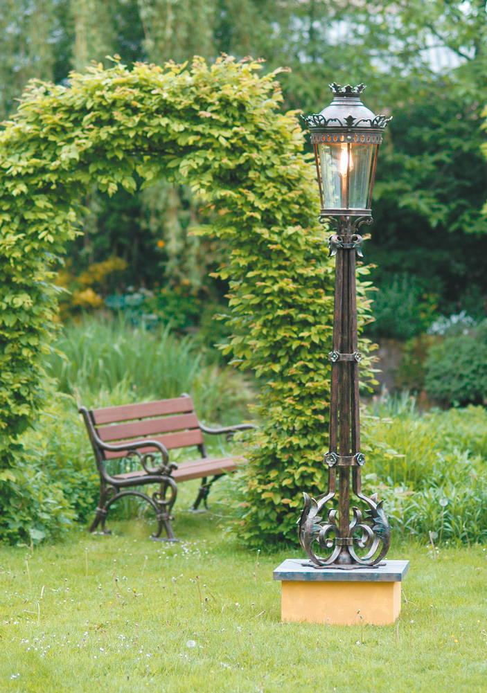 Светильники на тумбах для сада