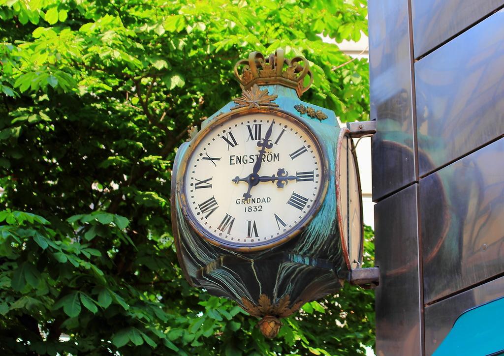 Уличные часы - украшение любого здания