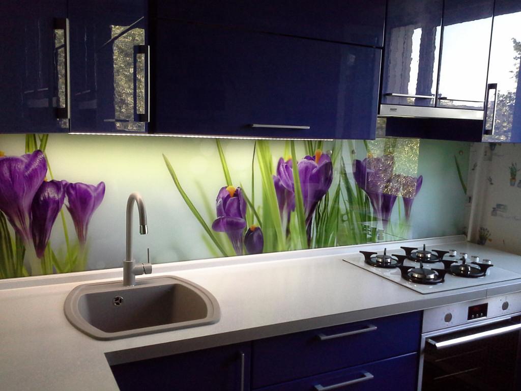 Декор кухни стеклянным фартуком