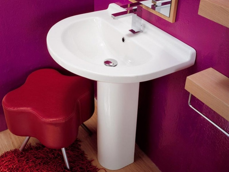 Раковина на пьедестале для ванной комнаты